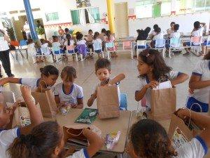 as crianças os kits e a escola